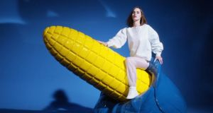 "Yelle releases ""Complètement fou"" video‏"